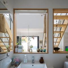 自然素材/無垢材/洗面室/サニタリー/内窓/造作洗面台/... . ~キッチンの後ろにある洗面室も  光…