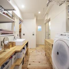 自然素材/無垢材/無垢杉の床/漆喰の壁/白い壁/W断熱の家/... . ~造作収納カウンターや洗面台で  お…