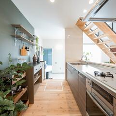 自然素材/無垢材/無垢材の床/土間/キッチン/四角の家/... . ~土間から繋がるキッチンは  使い勝…