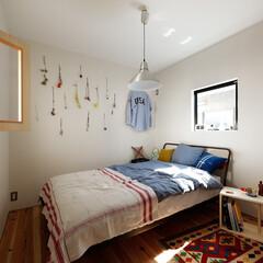 自然素材/無垢材/無垢杉の床/漆喰の壁/白い壁/外断熱/... . ~吹抜けに繋がる内窓や  やわらかな…