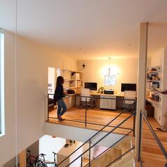 自然素材/無垢材の床/漆喰の壁/吹抜け/階段/フリースペース/... . ~デスクや収納を配置して  開放的な…