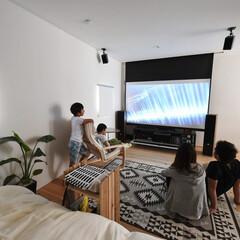 自然素材/無垢材/無垢杉の床/漆喰の壁/白い壁/土間のある家/... . ~2階のフリースペースに  スクリー…