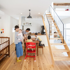 自然素材/無垢材/無垢杉の床/漆喰の壁/白い壁/土間/... . ~庭に面した大型の掃き出し窓から  …