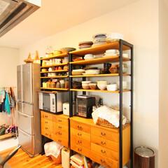自然素材/無垢材/無垢杉の床/漆喰の壁/白い壁/W断熱の家/... . ~木とアイアンを使用した収納に  食…