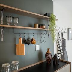 アースカラー/キッチン/アクセントクロス/無垢材/造作収納/棚/... . ~アースカラーでまとめられた  カフ…
