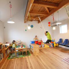 自然素材/無垢材/無垢杉の床/漆喰の壁/白い壁/吹抜け/... . ~間仕切りのないフリースペースだから…