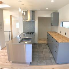 自然素材/無垢材/無垢杉の床/漆喰の壁/白い壁/四角の家/... . ~スタイリッシュなキッチン  袖壁の…
