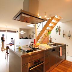 自然素材/無垢材/階段/吹抜け/土間/観葉植物/... . ~キッチンからは  リビングも土間も…