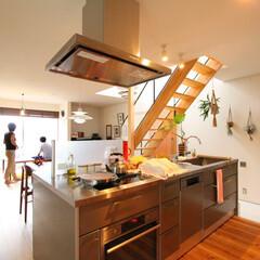 無垢材/キッチン/対面キッチン/アイランドキッチン/階段/土間スペース/... . ~リビング、土間スペース、庭の緑と …