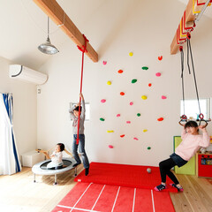 自然素材/無垢材/無垢杉の床/漆喰の壁/白い壁/W断熱の家/... . ~吊り輪にトランポリンにマット  ボ…