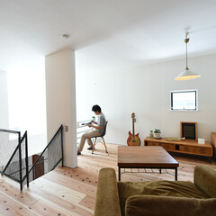 自然素材/無垢材/無垢杉の床/漆喰の壁/白い壁/W断熱の家/... . ~光あふれる開放的な吹抜けに  カウ…