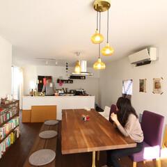 自然素材/無垢材/無垢杉の床/漆喰の壁/白い壁/四角の家/... . ~フルオープンのキッチンは  ダイニ…