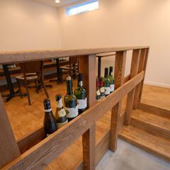 BISTROT aラシド/アラシド/手摺/ウッド/ワインボトル/ディスプレイ/... 入口部分の手摺は空いたワインボトルなど、…