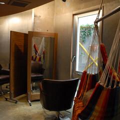 Hair Room CALM/茅ヶ崎/エイジング/床/間接照明/ハンモック 構造むき出しの壁とエイジングした床、弧を…
