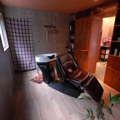 Hair Room CALM/茅ヶ崎/シャンプールーム/半個室/個室 シャンプルームは広々と、半個室に作りまし…