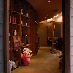 Hair Room CALM/茅ヶ崎/オーダー棚/変形テナント テナント自体が三日月型で天井も同じく弧