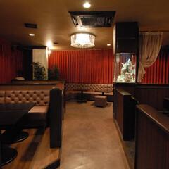 Club garden/クラブ/大和/茶色/ソファ/仕切り壁/... ソファーや仕切り壁は色味を変えた茶色で統…