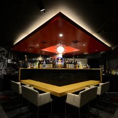 HORUMON DINNING J.../町田/焼き肉/天井/塗装/菱形/... 黒で塗装された天井から菱形の赤いオブジェ…