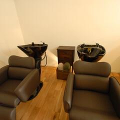 Olive Hairmake&Be.../オリーブ/美容室/厚木/シャンプースペース/フローリング/... シャンプースペースの天井にはあえて照明を…