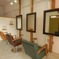 Olive Hairmake&Be.../オリーブ/美容室/厚木/ステンレス/ステンレス金具/... 3本の柱に特注のステンレス製金具で鏡を配…
