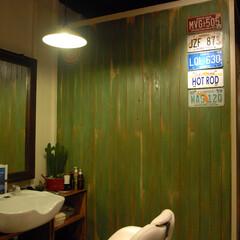 R garage/茅ヶ崎/理髪店/床屋/アメリカン/ヴィンテージ/... 壁はエイジング仕上げでヴィンテージ感を出…