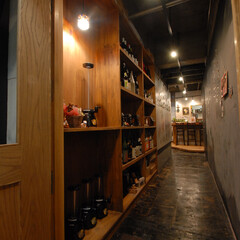呑々食堂rico!/リコ/川崎/居酒屋/造作棚/棚/... 入口を入り左側は造作棚でお酒類を保管して…