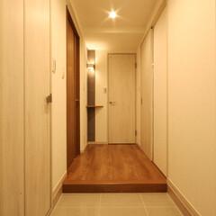 タイル/石目柄 タイルの輝きが洗練された印象の玄関