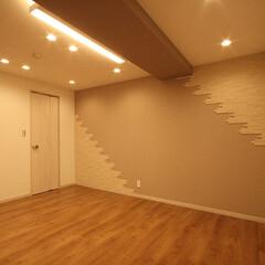 タイル 洋室にも壁一面機能性タイルを施し、快適性…