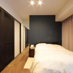 鏡/寝室/アクセントクロス シンプルにまとめた寝室。鏡を効果的に利用…