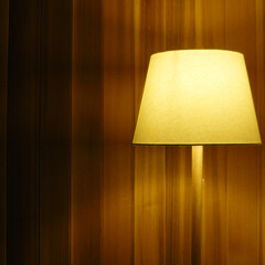 壁面レッドシダー貼/無印良品 レッドシダー貼りの壁面が照明器具により優…