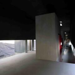 建築/建築家/住宅/空間/モルタル/コンクリート/... リビングダイニングから狭い回廊を見る