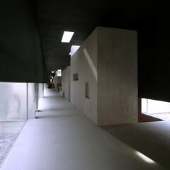 建築/建築家/住宅/空間/リビングダイニング/フリースペース/... リビングダイニングから広い回廊を見る