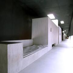 建築/建築家/住宅/空間/寝室/ベッド/... 寝室から広い回廊を見る