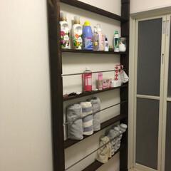 若井産業 WAKAI ツーバイフォー材専用壁面突っ張りシステム 2×4 ディアウォールS ダークブラウン DWS24DB(突っ張りラック)を使ったクチコミ「脱衣所の浴室扉の壁部分にディアウォールが…」