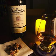 おつまみ/お酒/グルメ/フード/おうちごはん バランタインとナッツミックス。 暗い部屋…