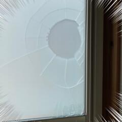 窓が割れてる/新年早々/いったい何が?! いったい何が?!☆  昨日の朝、洗面所の…(1枚目)