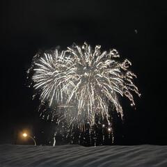 雪とのコラボ/空気が澄んでいるのでキレイ/冬の花火/7日間別の場所で/初めてのイベント/虹花火 虹花火☆  初めてのイベントで花火が上が…(2枚目)