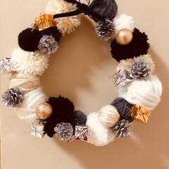 フォロー大歓迎/クリスマス/DIY/ハンドメイド/100均/ダイソー/... 【手作りリース】 もこもこ暖かい毛糸のリ…