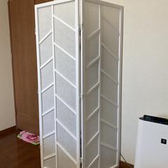 iRobot/ルンバ/ダイソン/キッチン壁紙/掃除機収納 我が家の掃除機の収納です… 3つ扉の衝立…