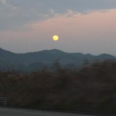 夕焼け/月/風景 今から買い物へ 右には月、左には夕焼け …