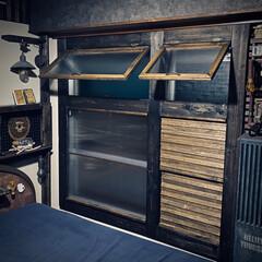 開け閉め簡単/はじめての窓枠DIY/すのこ/窓/ウッドジェルステイン/ブラック/... フラップステーを使って 窓を開閉式に💁…