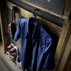 スターバックス/収納棚/セリアのフック/コンクリート風/スリッパ収納/ターナー色彩/... ディアウォールで収納棚。  鉄の棒はハン…(2枚目)