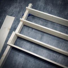 収納棚DIY/ワンバイフォーDIY/棚DIY 作成中🙌 ディアウォールで棚作成‼️(2枚目)