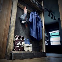 スターバックス/収納棚/セリアのフック/コンクリート風/スリッパ収納/ターナー色彩/... ディアウォールで収納棚。  鉄の棒はハン…