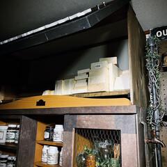 活用法/デッドスペース/収納スペース/整理整頓/オールドウッドワックス/カフェ風/... 本棚の上に作った収納扉を パカっと‼️ …