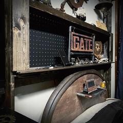 エイジング加工/エイジング塗装/有孔ボード/男前インテリア/塩ビパイプ/歯車/... ベッド頭にラブリコして作った棚と ベッド…