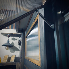 開け閉め簡単/はじめての窓枠DIY/すのこ/窓/ウッドジェルステイン/ブラック/... フラップステーを使って 窓を開閉式に💁…(2枚目)