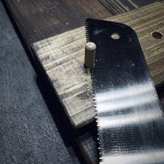 引き戸作成中/DIY/ビス隠し/オールドウッドワックス/ダボ ドリルで穴を開けて ビスで板材を固定し …