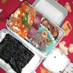 お弁当記録/夫弁当/お弁当って大変/フード おっさんず弁当。 ごはんには韓国海苔。 …