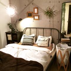 ペンダントライト/しまむら/コンクリート壁紙/いなざうるす屋さん/アクセントクロス/壁紙/... こんばんは。 我が家の寝室です。広く見え…